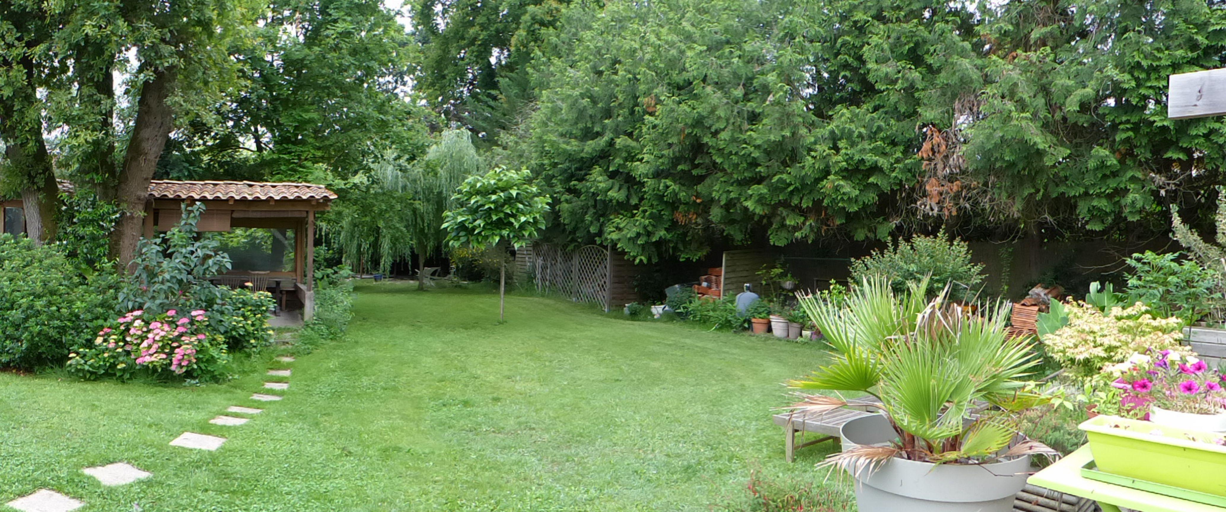 Le jardin principal de la Maison d'hôte Lucilda