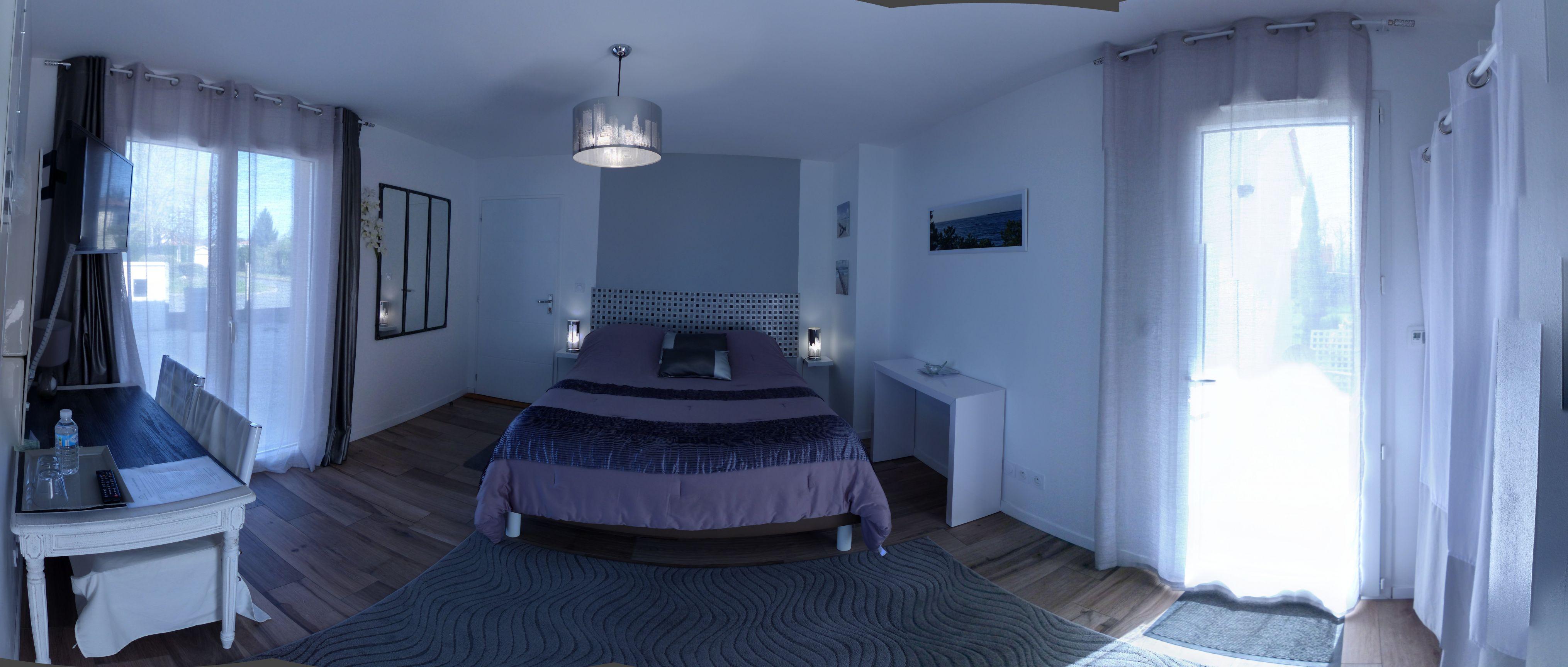 Vue panoramique de la chambre La Lagune depuis sa salle de bain